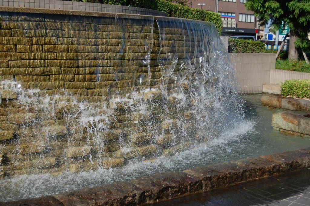 公園の水が流れるオブジェ