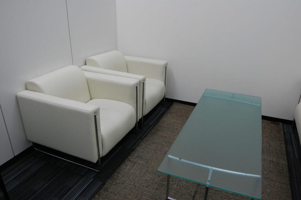 応接室のソファーとテーブル