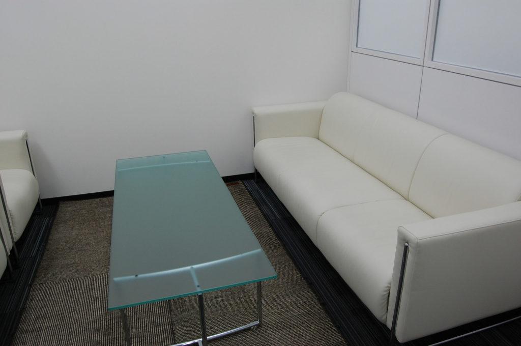 応接室の3人掛けソファー