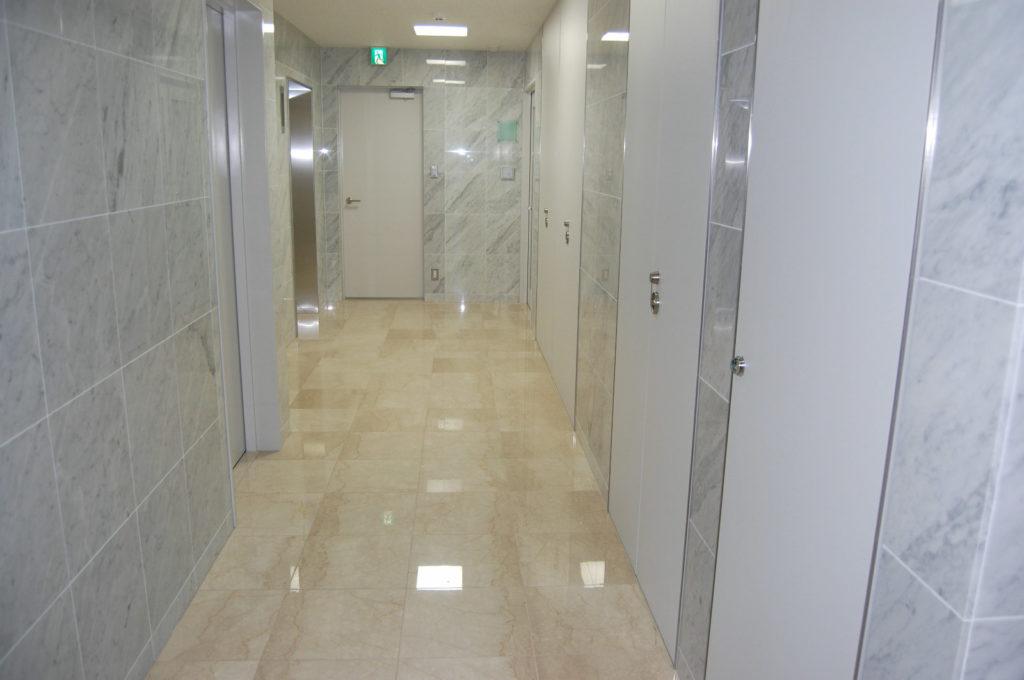 オフィスビルの廊下(大理石)