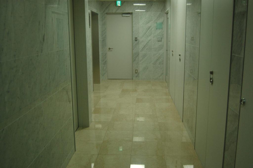 オフィスビルの廊下 エレベーターホール
