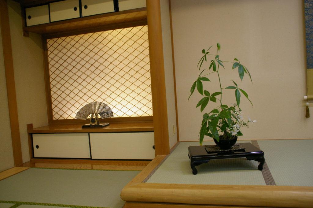 和室と盆栽と扇子