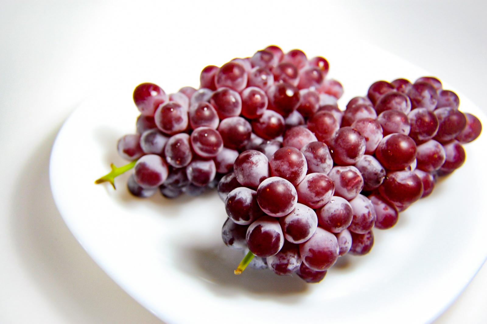 皿の上の葡萄2房