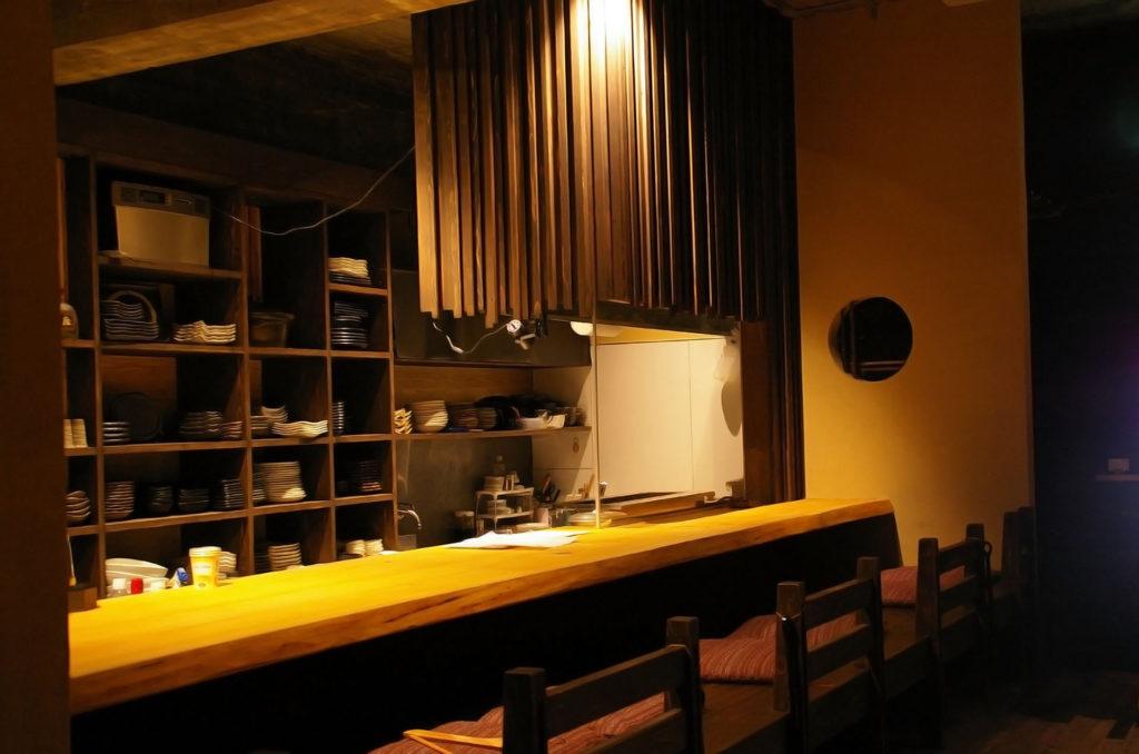 オープン前の居酒屋のカウンター席