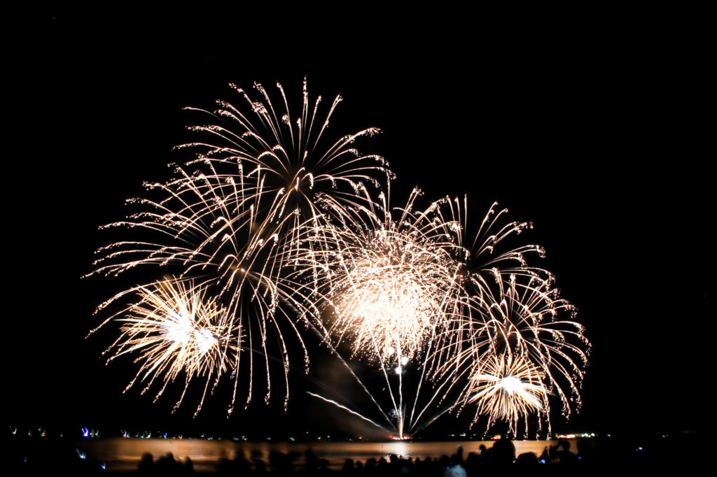 海岸から見る花火大会 スターマイン