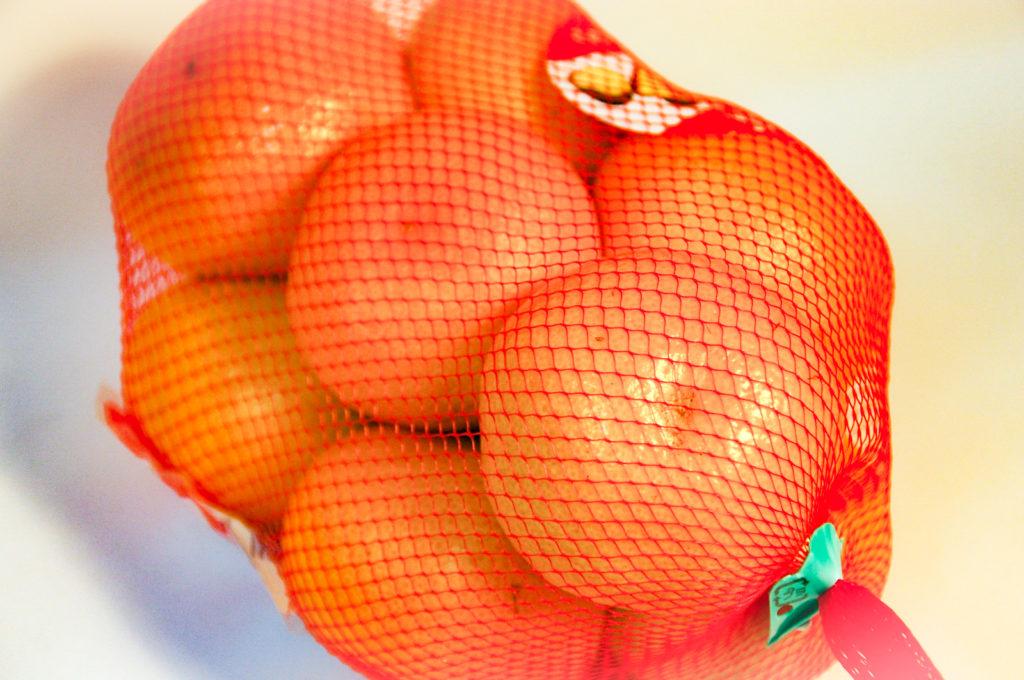 オレンジのネットに入ったみかん