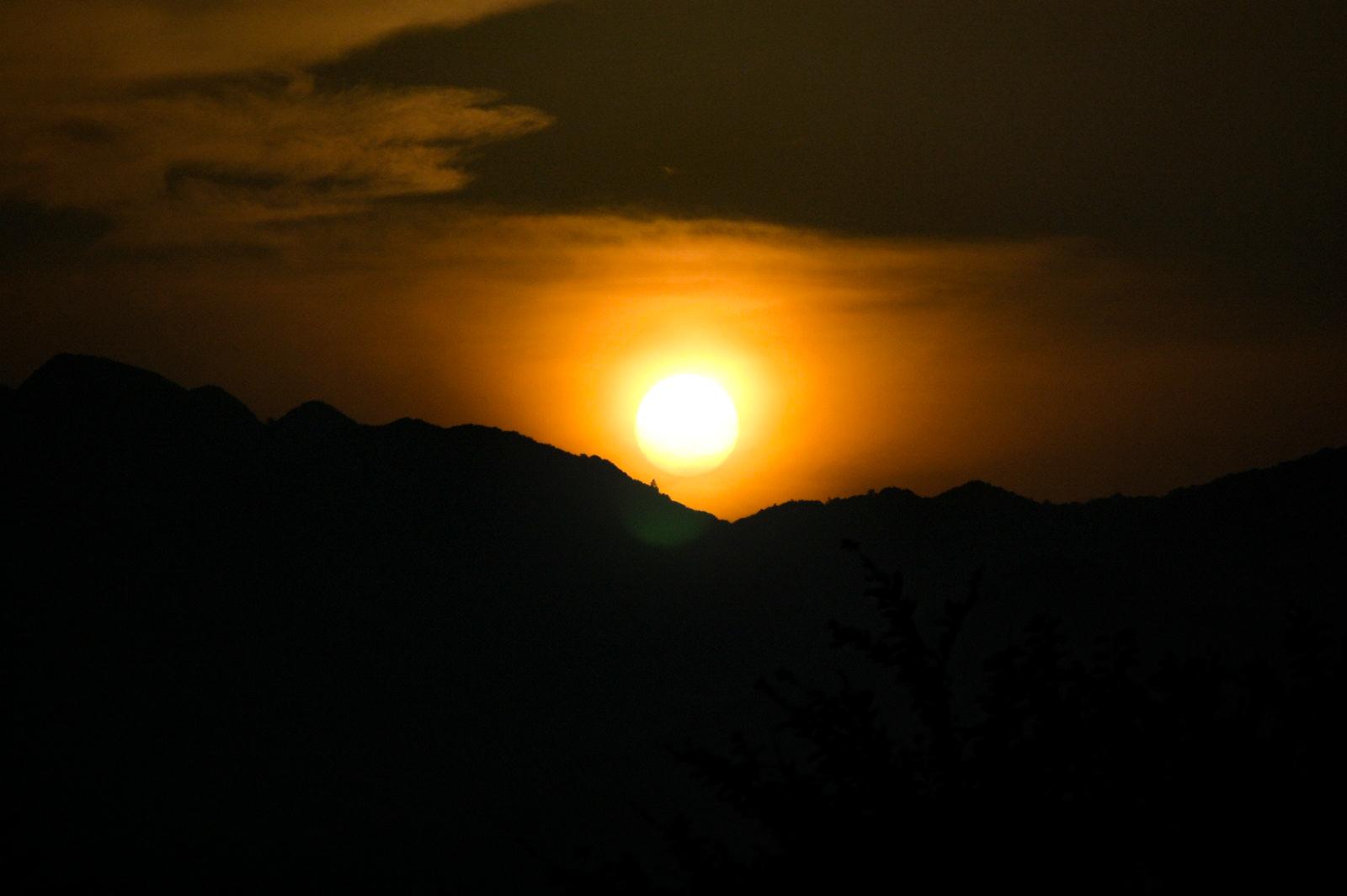 夕日、夜と夕方の境目の写真