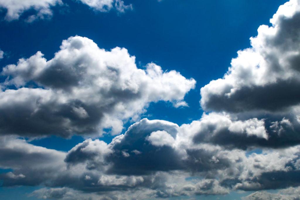 厚い雲の上を太陽の光が照らす