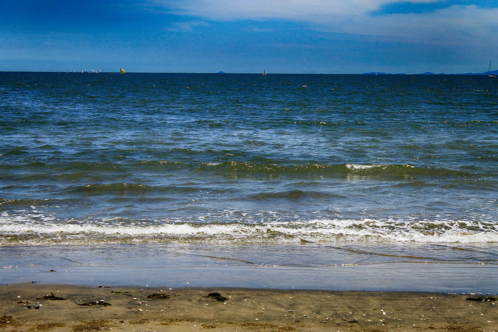 砂浜 波打ち際 さざ波の写真