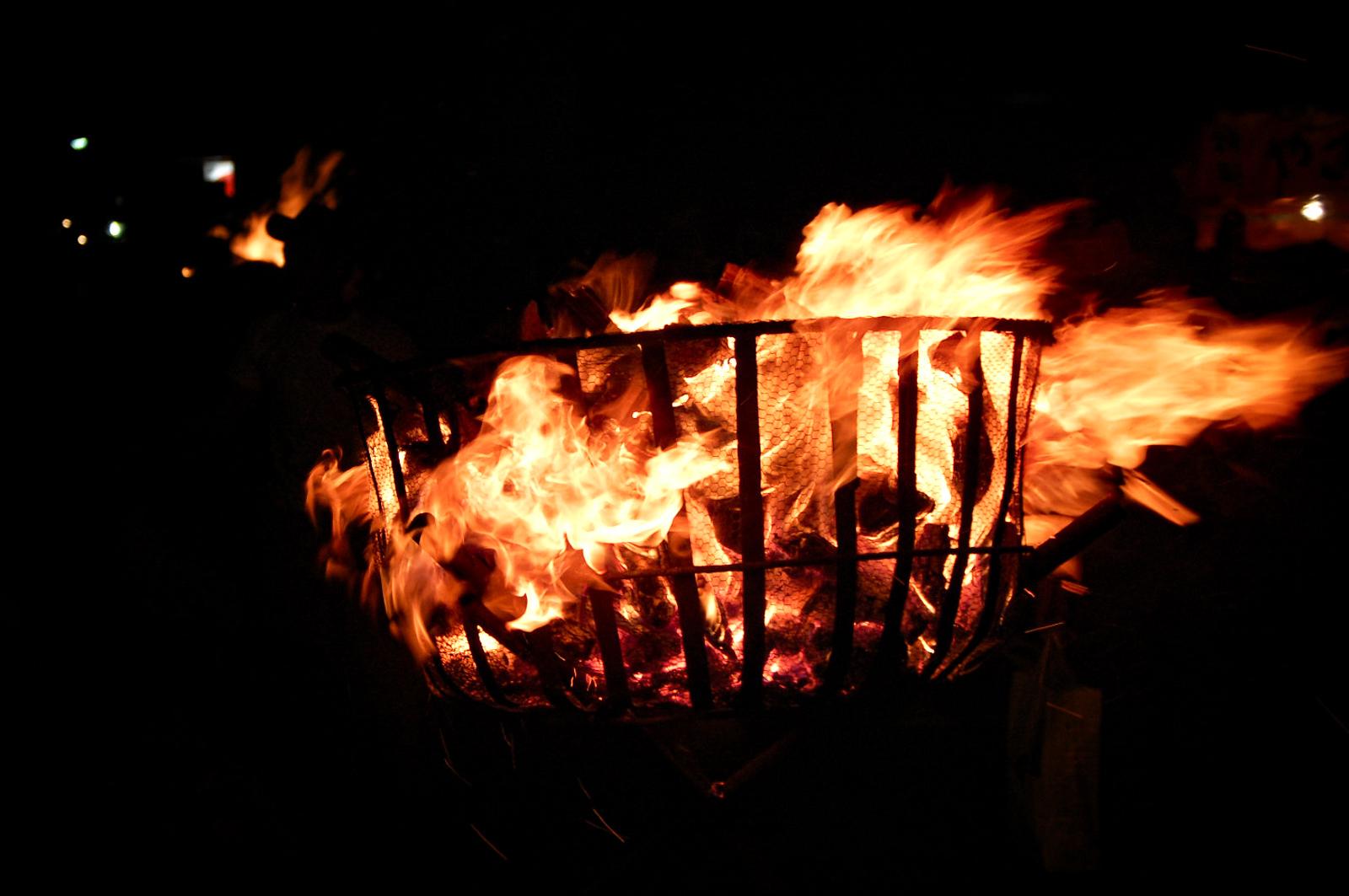 夜道を照らすかがり火の写真