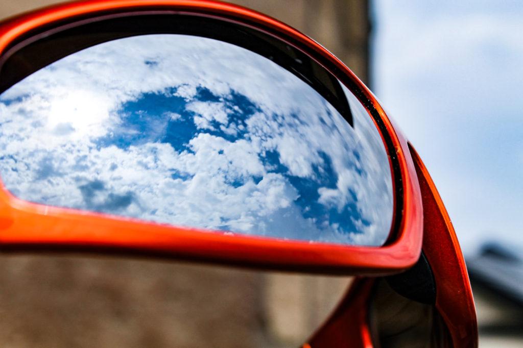 サングラスに映る空の景色