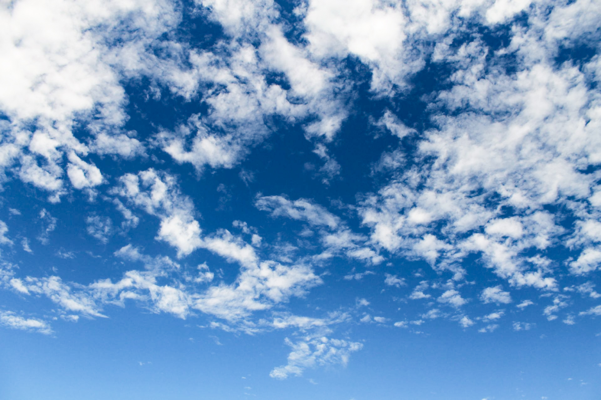 青空に薄くかかる白い雲