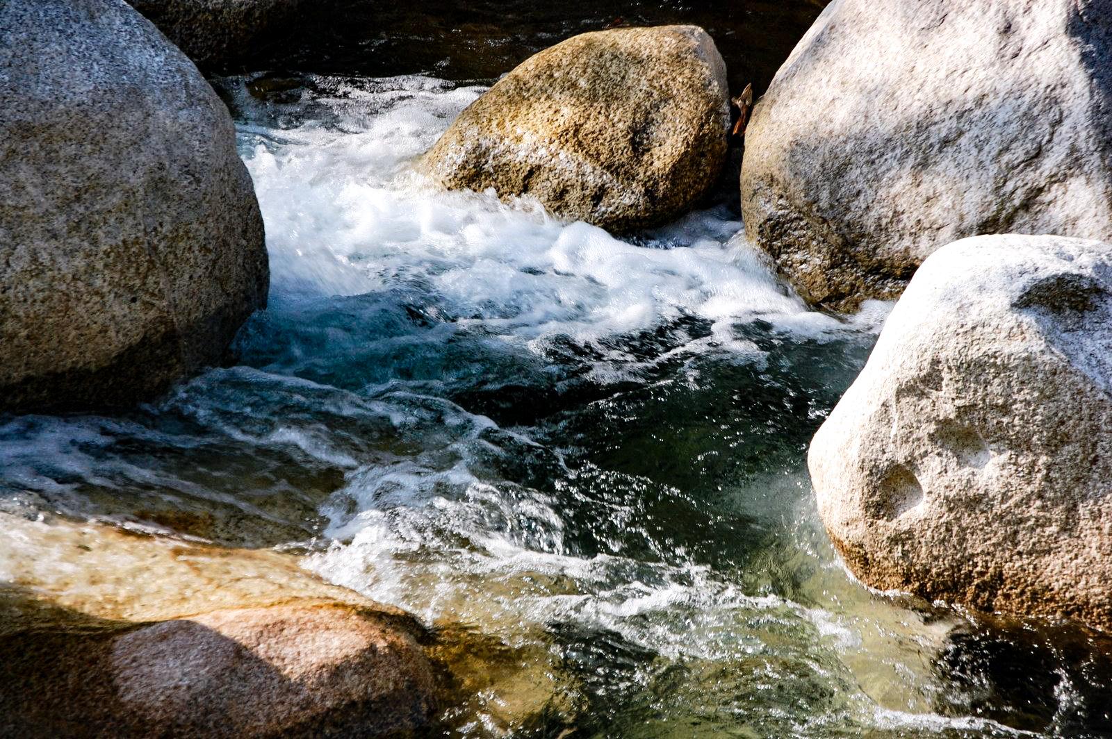 急な流れ 上流の川