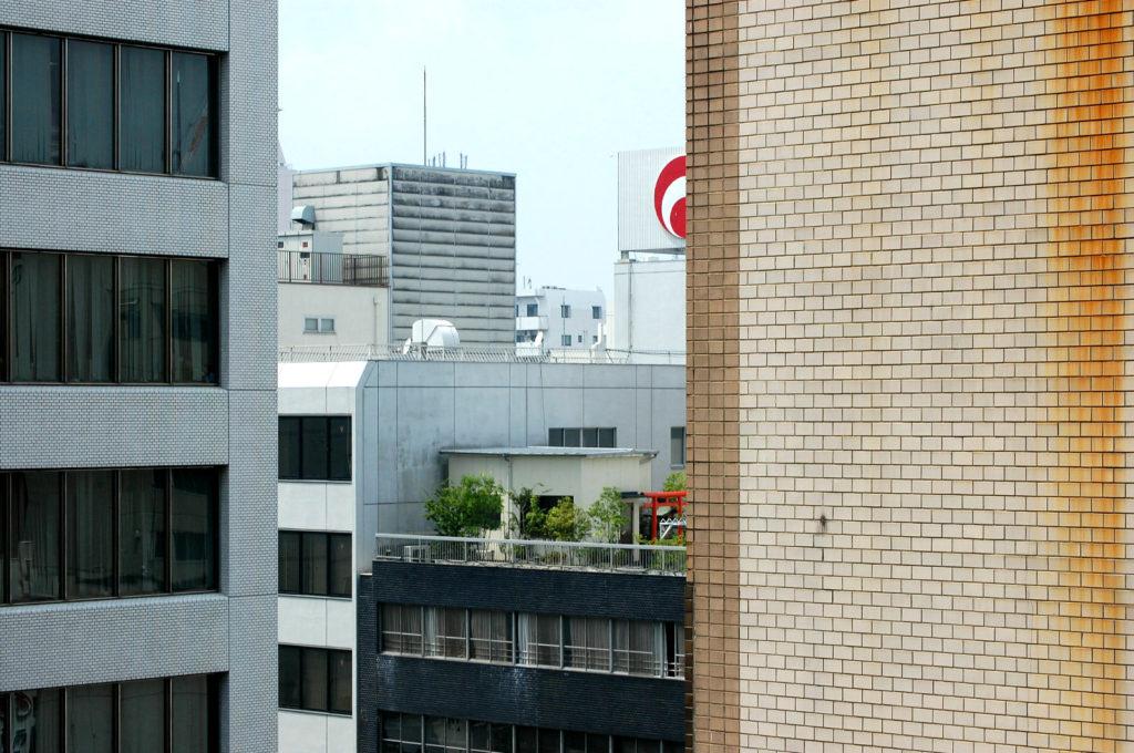 屋上に鳥居のあるビル