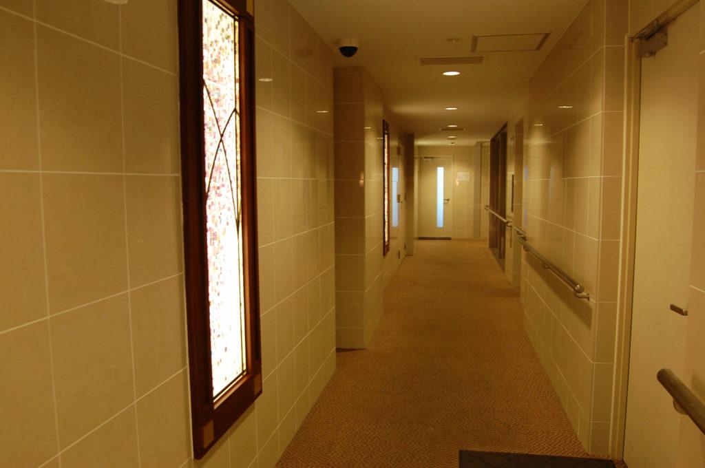 間接照明で落ち着いた感じのマンションの廊下