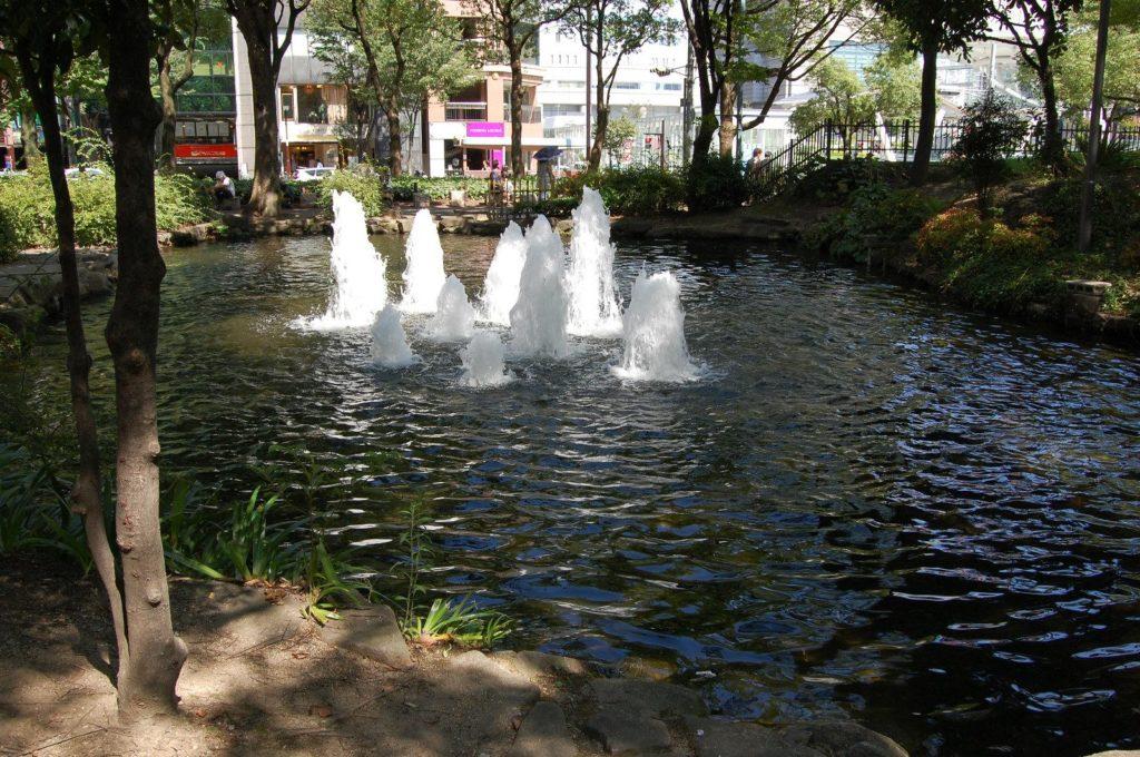 夏の暑い日に涼をもたらす日陰の噴水