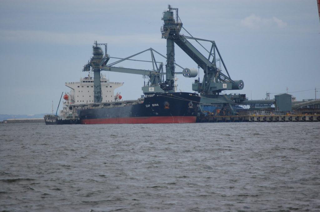 貨物船とガントリークレーン