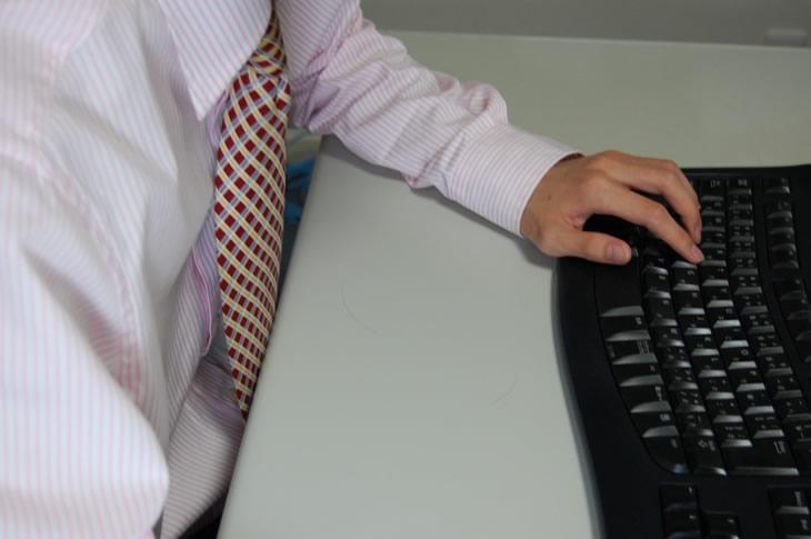 仕事でキーボードを打っている人