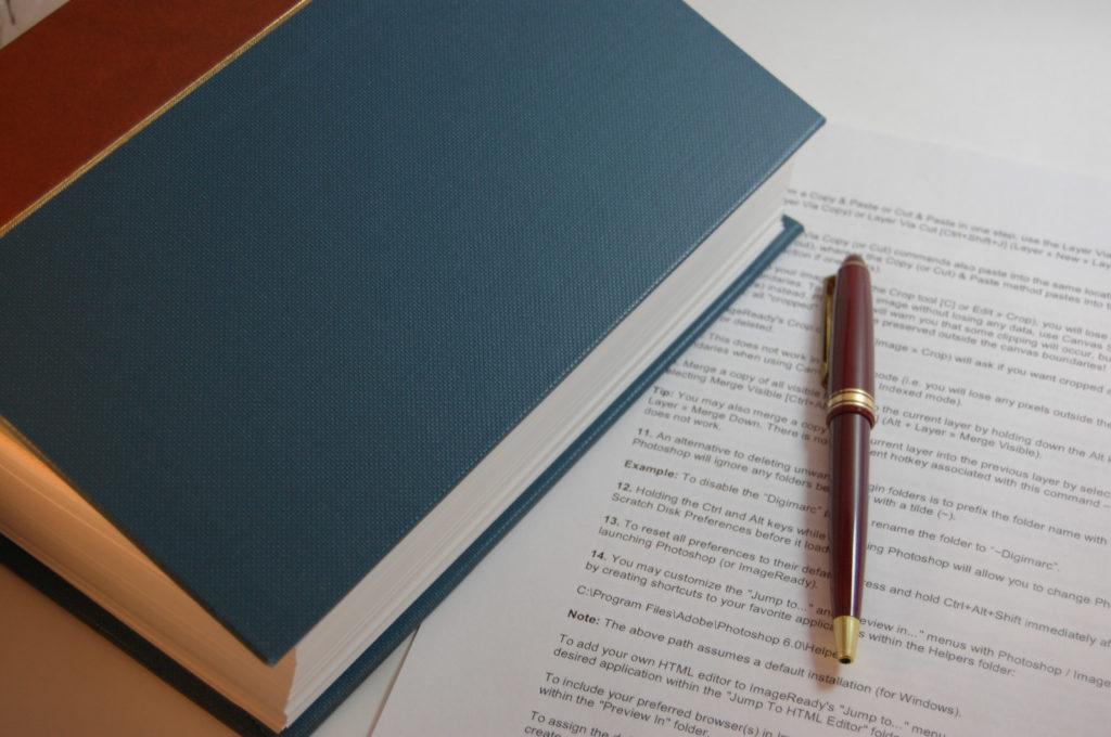 分厚い本とペン