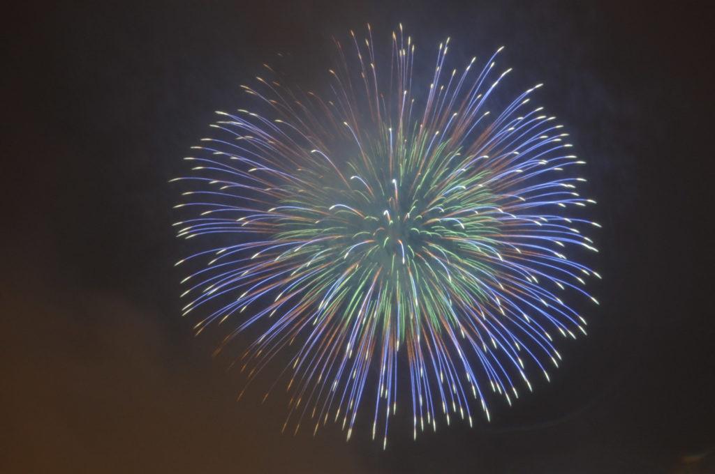 大きな青色の打ち上げ花火