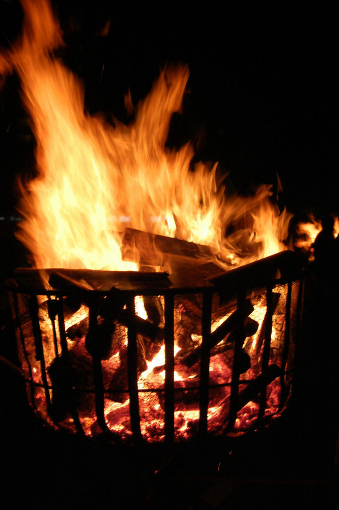 炎の勢いが強いかがり火