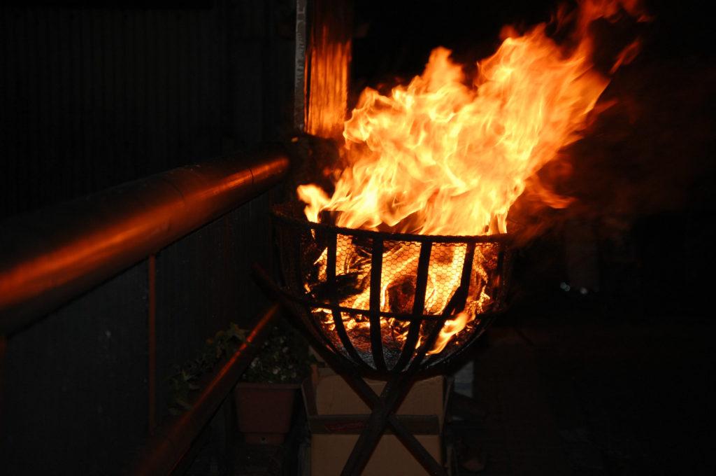 オレンジ色炎を上げるかがり火