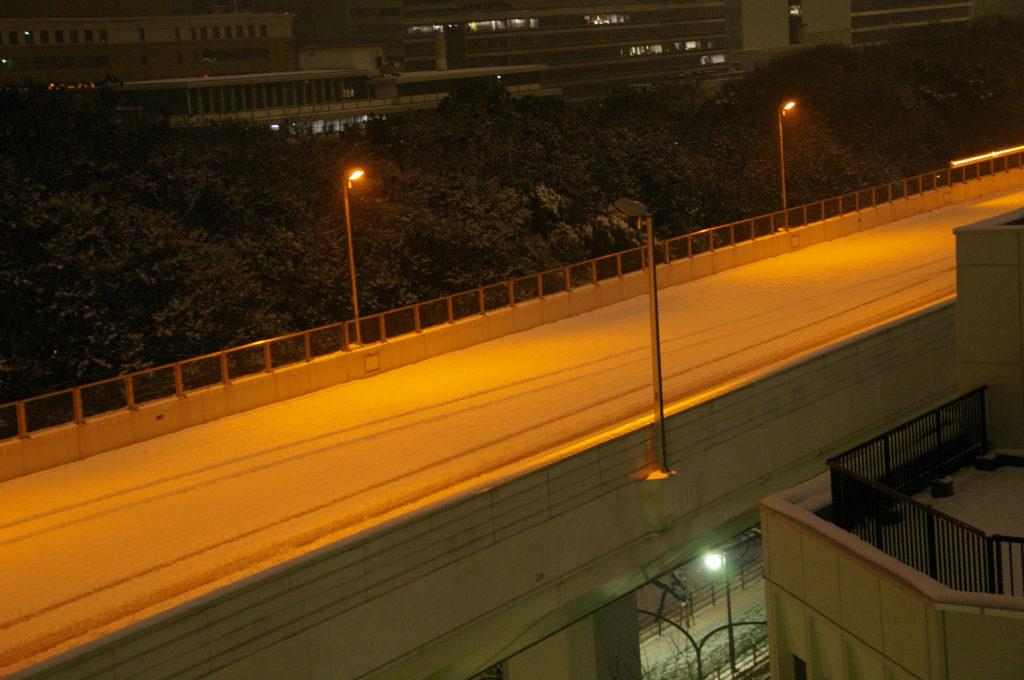 雪で通行止めの高速道路