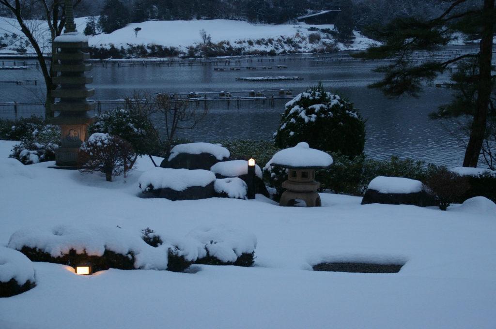 夕暮れの日本庭園、雪景色