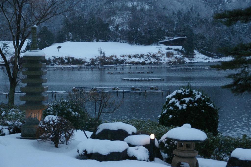 夕暮れの日本庭園、趣のある雪景色