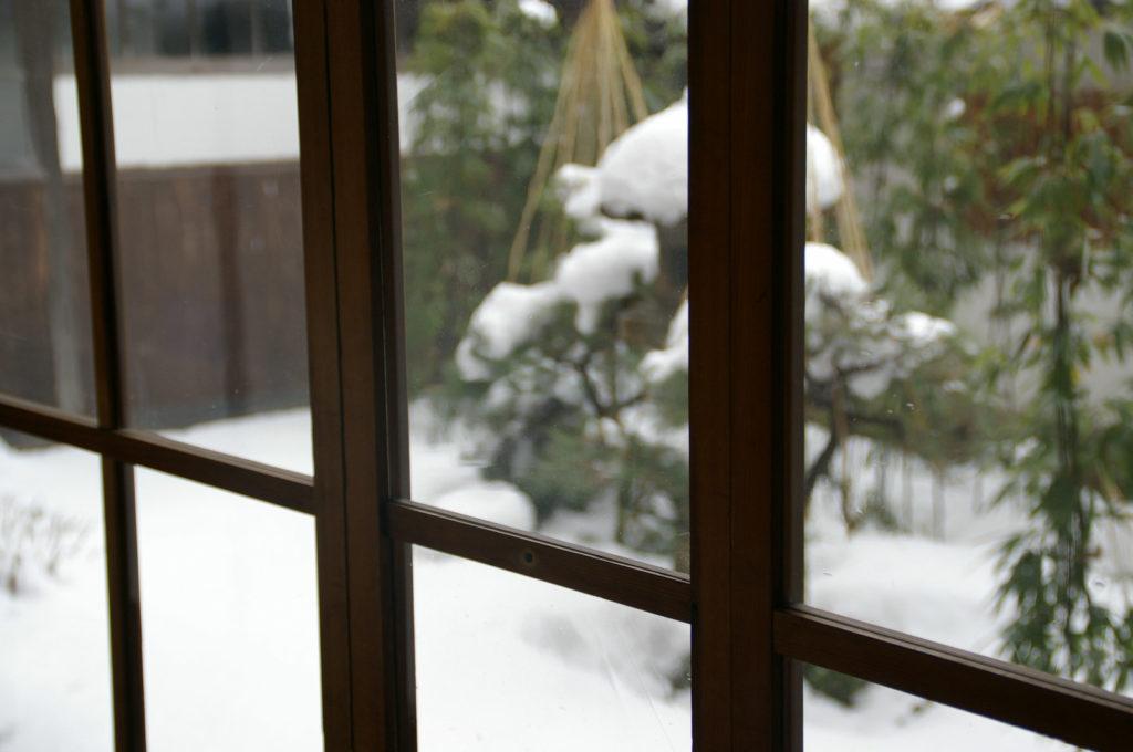 雪景色が見える窓