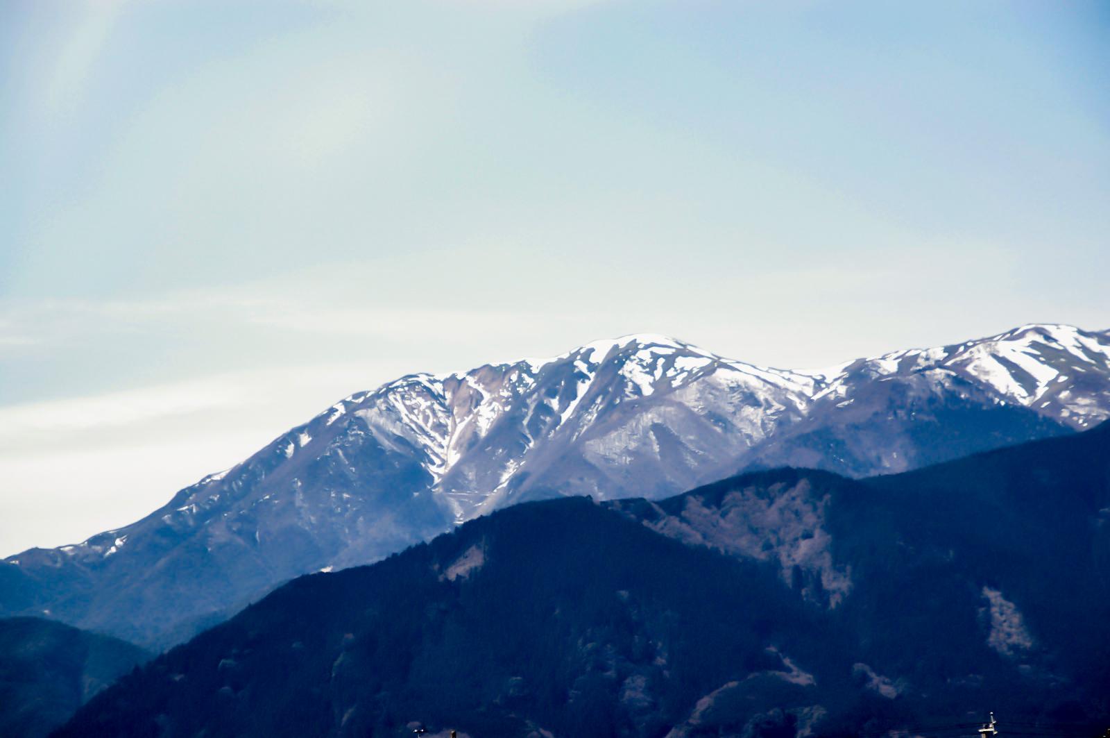 雪のかかった山