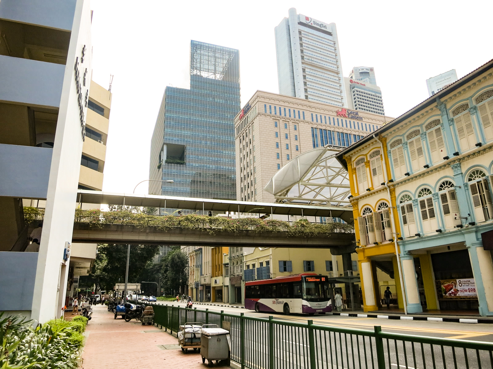 高層ビルが立ち並ぶシンガポールのオフィス街の写真
