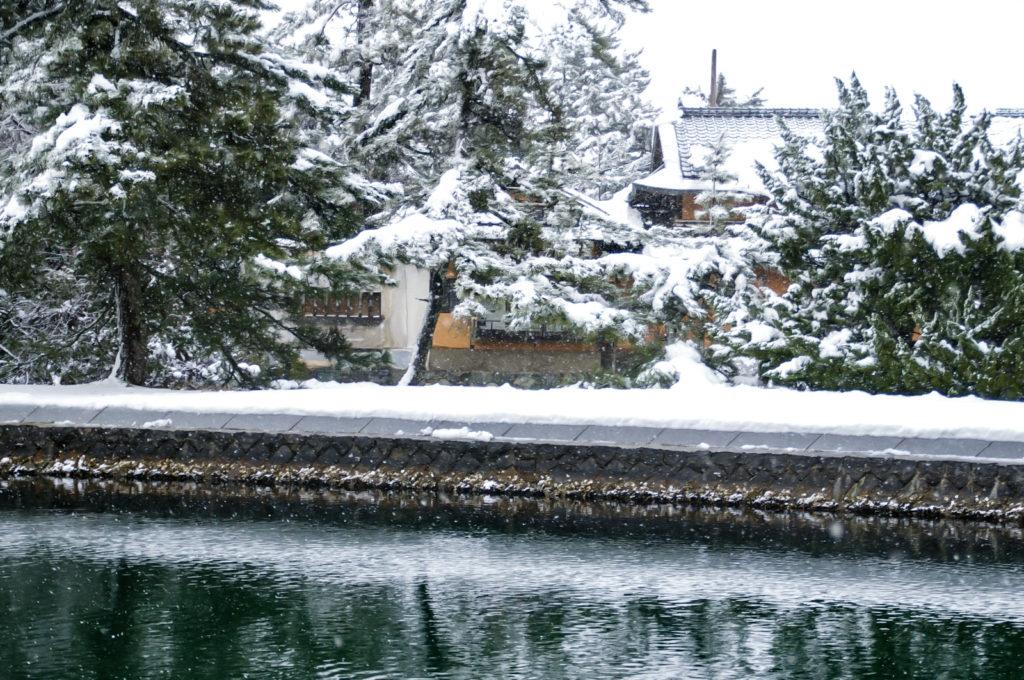 日本家屋にシンシンと雪が降り積もる