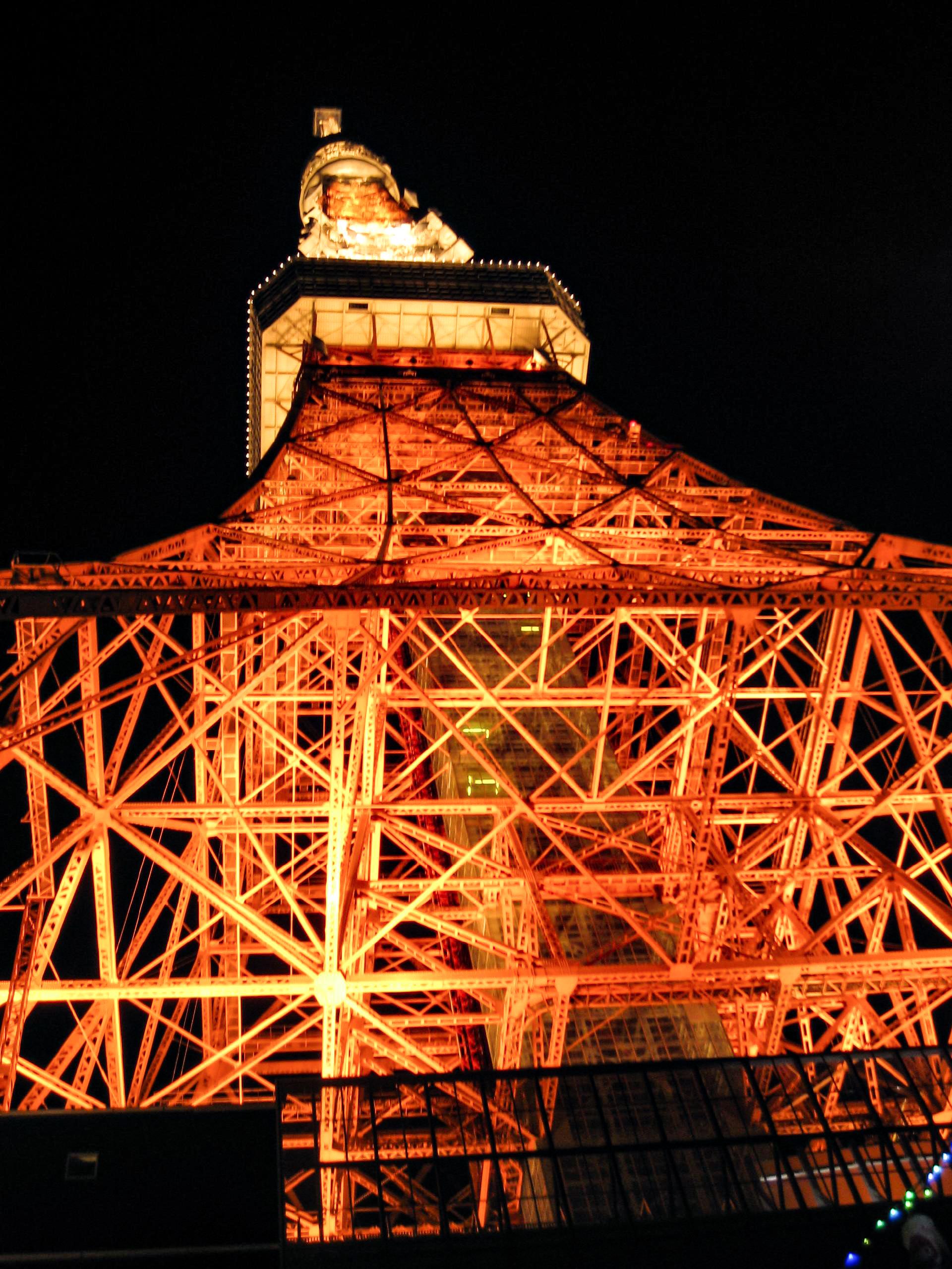 オレンジゴールドに光る夜の東京タワーを下から撮影
