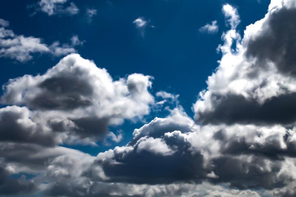 雲の上に何かありそうな雰囲気