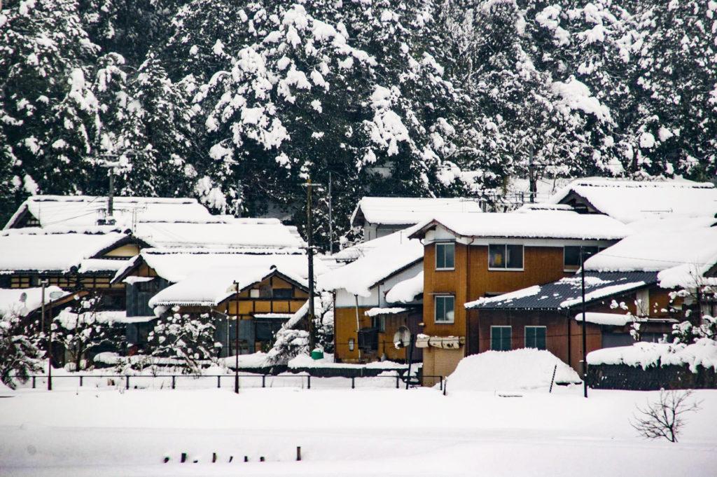 大雪が降り積もった民家