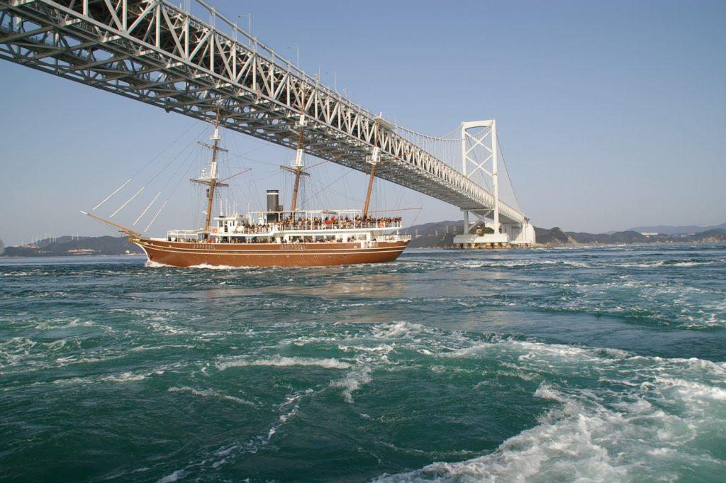 瀬戸大橋と遊覧船