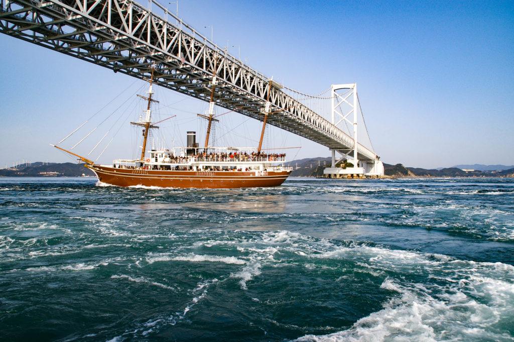 瀬戸大橋と遊覧船の写真