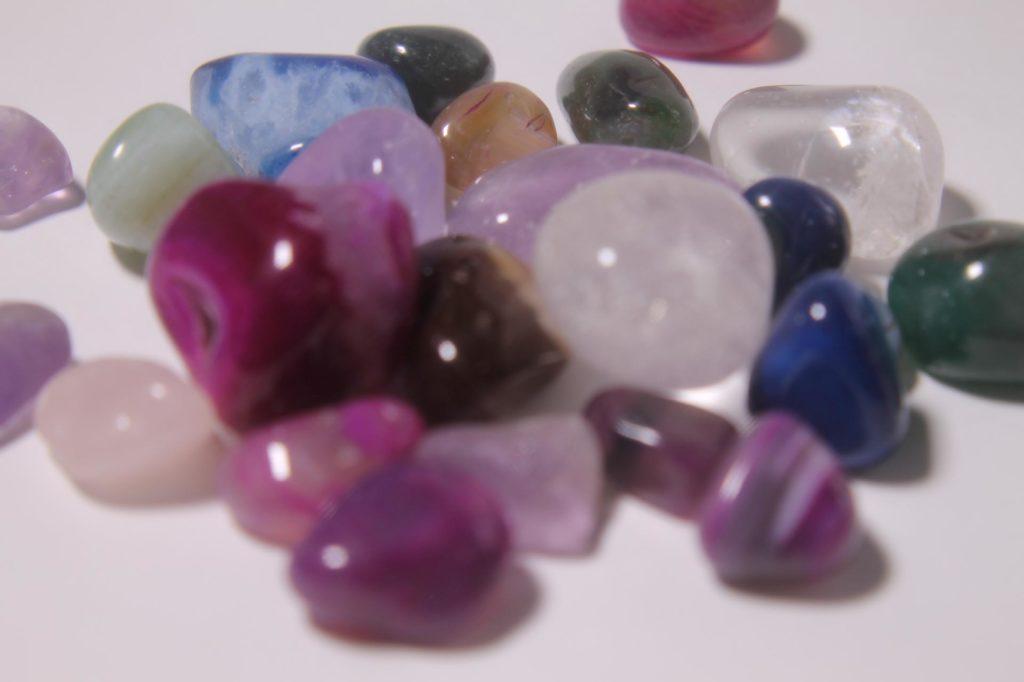 透き通った色のきれいな石