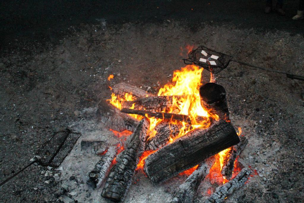 神社の焚き火で餅を焼く