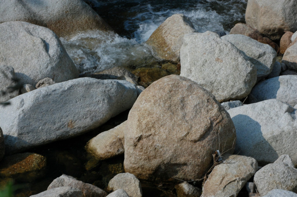 川の上流に見られる大きな岩