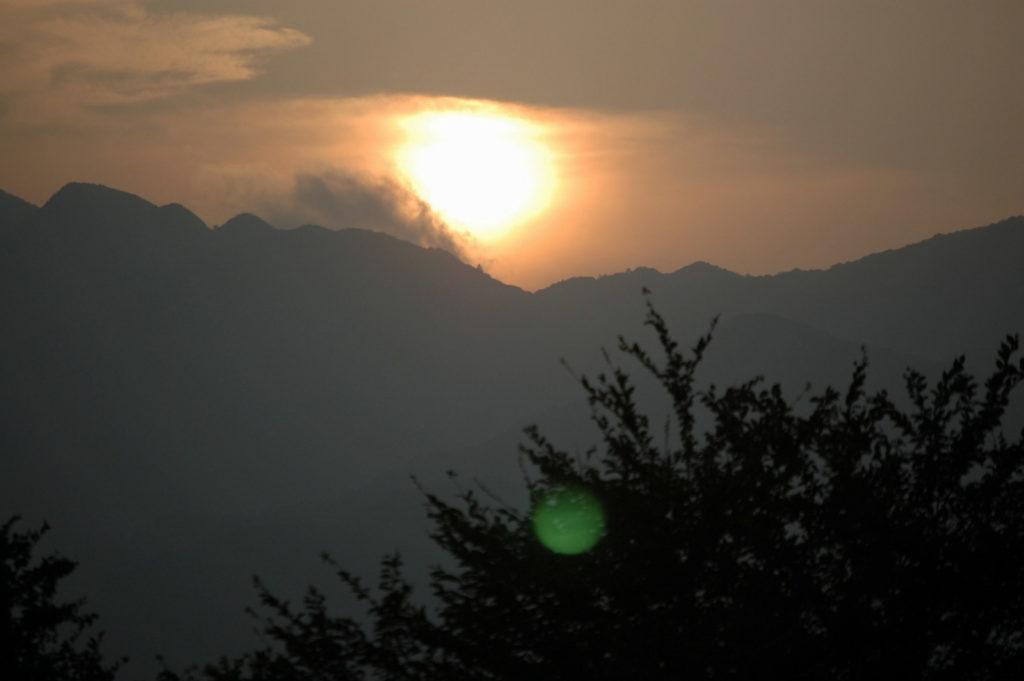少し雲がかかったオレンジ色の夕日