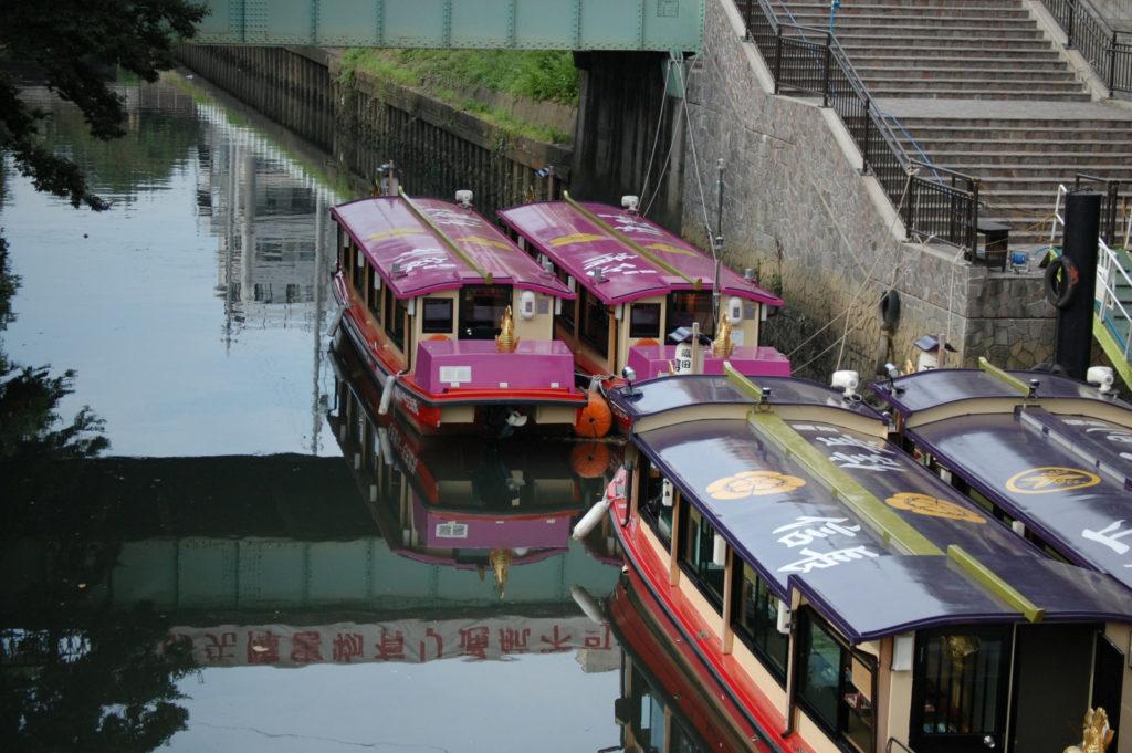 川に停泊する屋形船(名古屋)