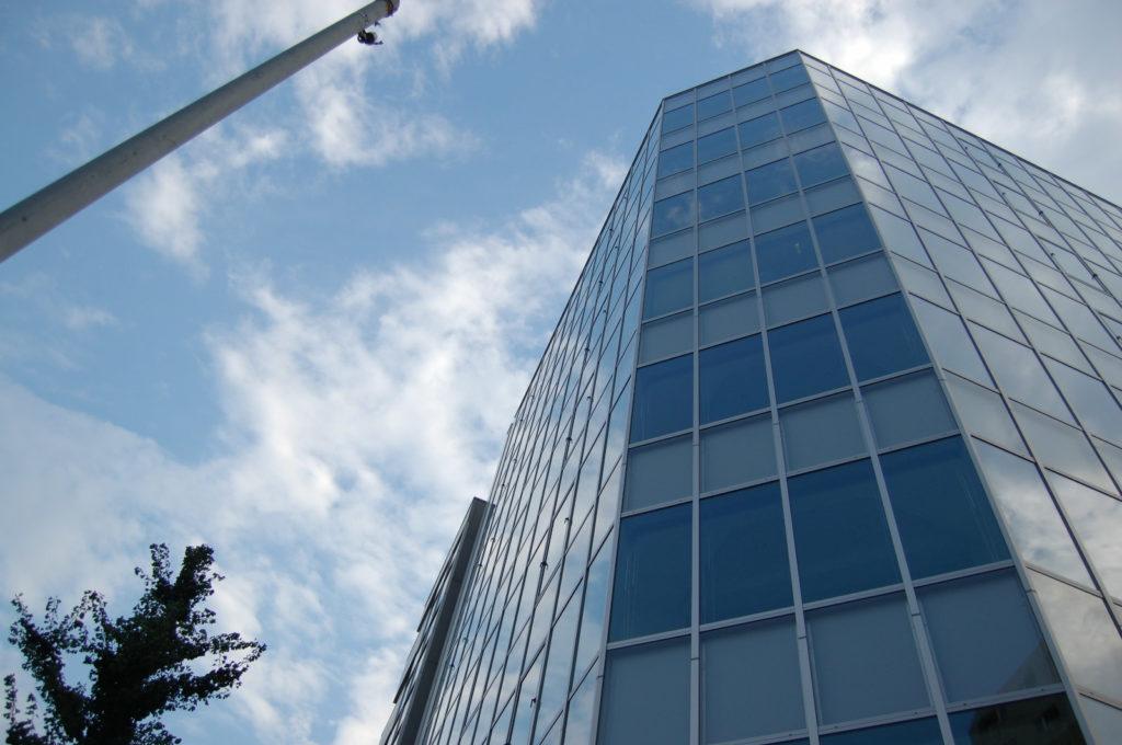 ビルの窓に一面のガラス