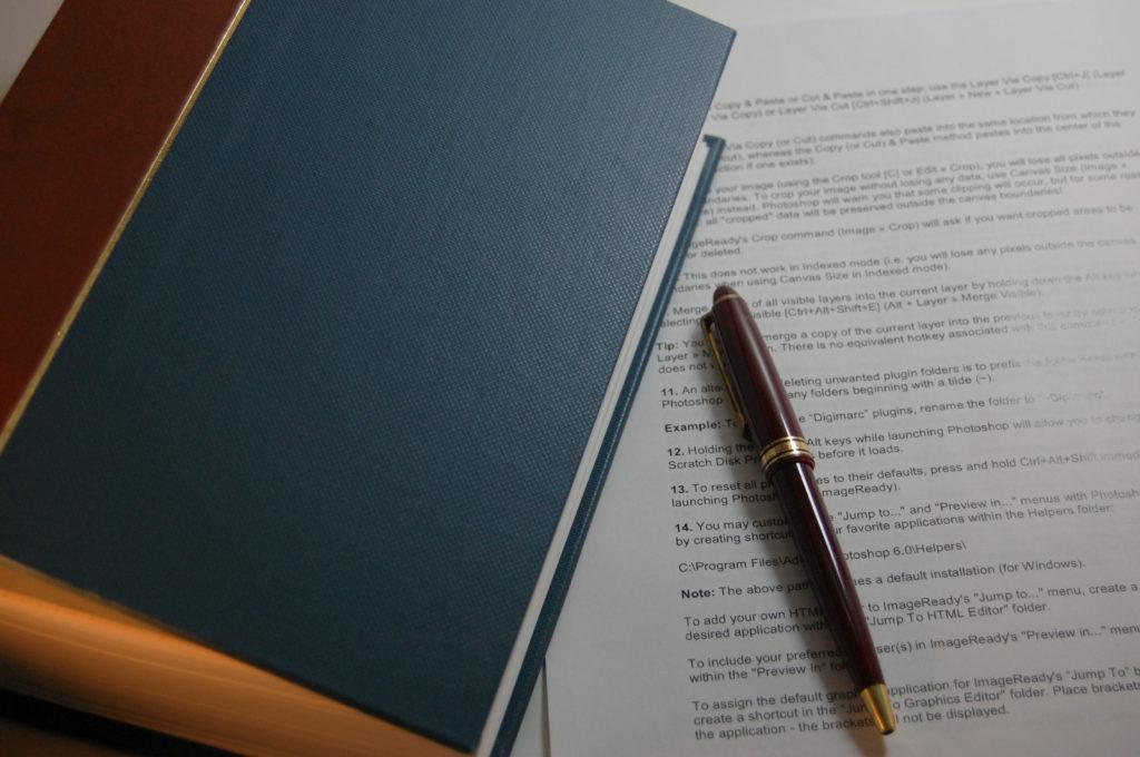 無造作に置かれた本とペン