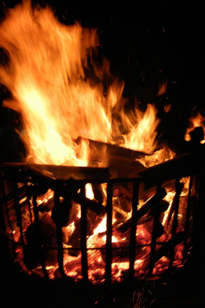 ダイナミックな炎を上げるかがり火