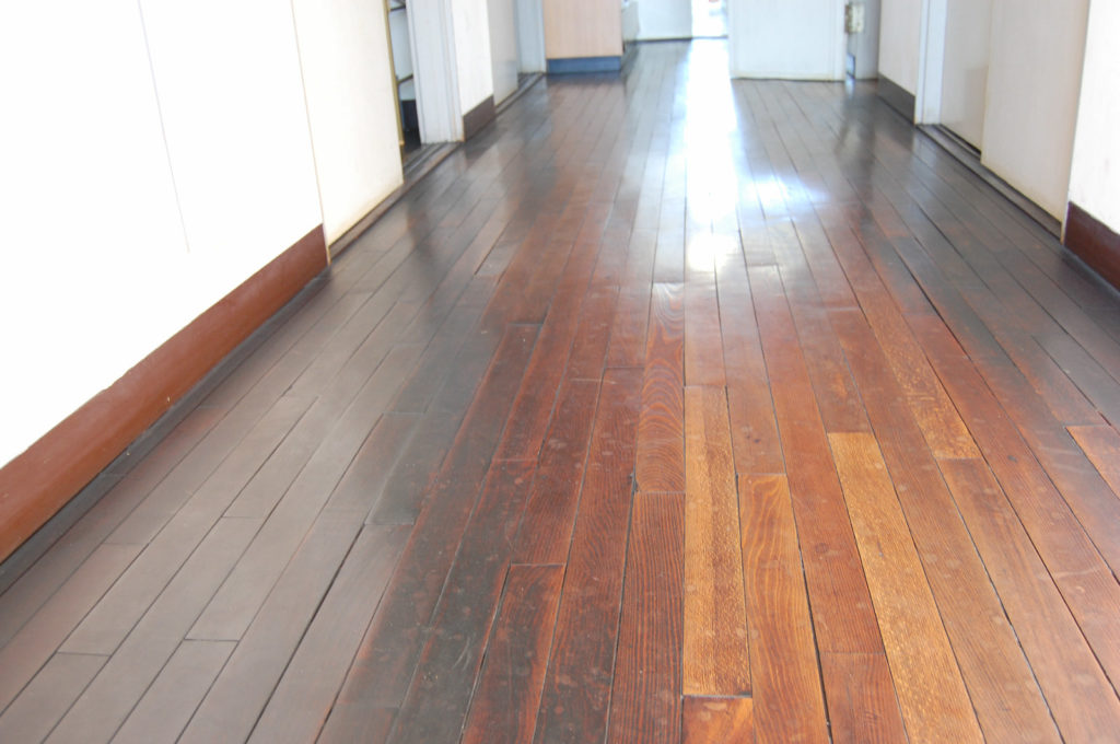 綺麗に保たれている古い木の床