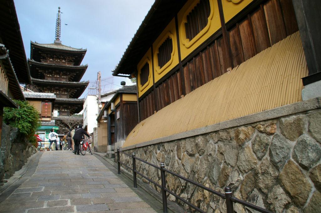 京都 石畳の路地と五重の塔