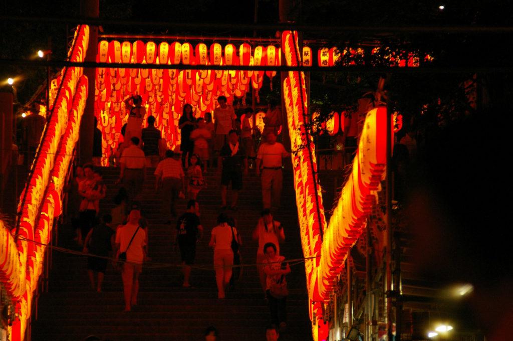 神社の通り道にぎっしり並べられた提灯2