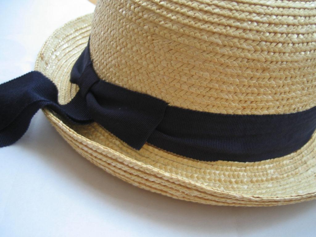 青いリボンがついた麦藁帽子